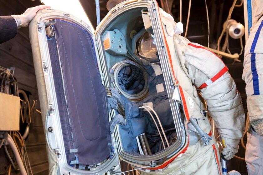 Как устроен космический скафандр: почему он стоит как личный самолёт