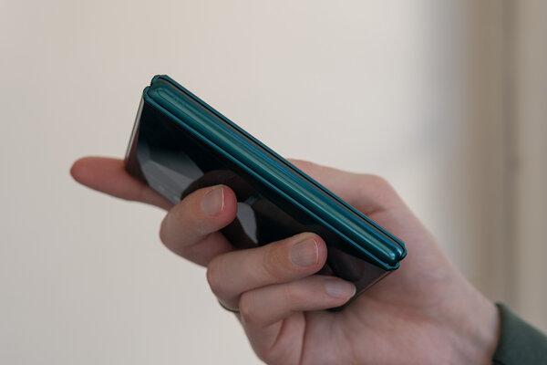 Компания TCL показала виденье гибких смартфонов