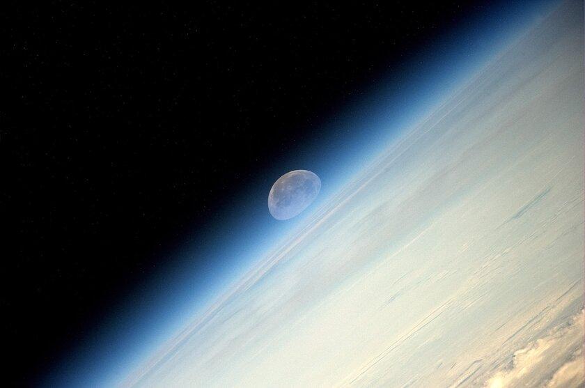 Роскосмос опубликовал редкое фото Луны, растворяющейся вземной атмосфере
