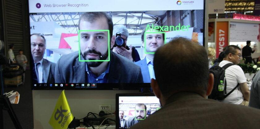 «Сбербанк» представил камеру дляраспознавания лиц школьников вмасках