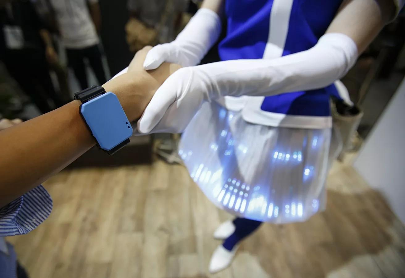 В России хотят создать уникальный браслет, считывающий уровень сахара ихолестерина