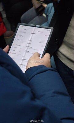 Складной смартфон отXiaomi сфотографировали вкитайском метро. Видимо, анонс уже скоро