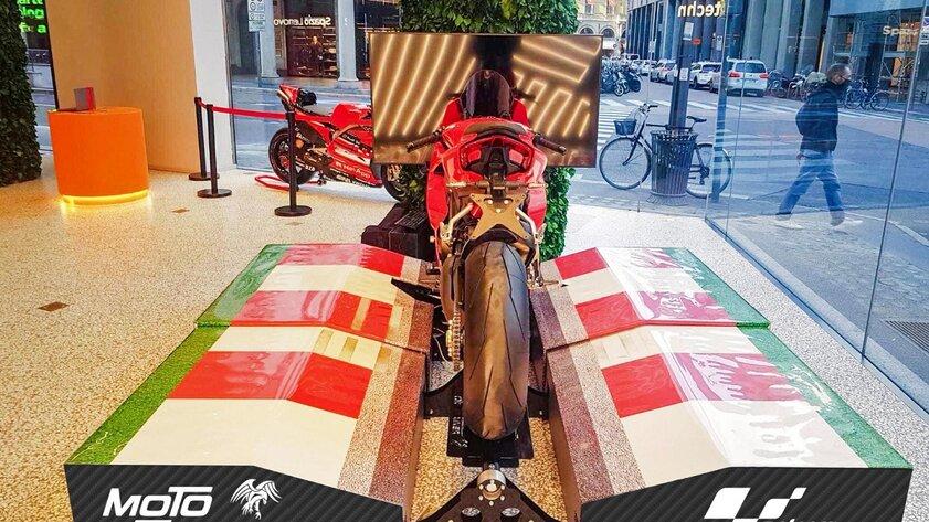 Мотоцикл можно превратить вгоночный симулятор: дляэтого нужно лишь немного места