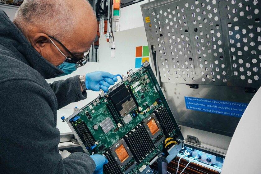 Microsoft будет топить свои серверы вспециальной жидкости, чтобы повысить их производительность