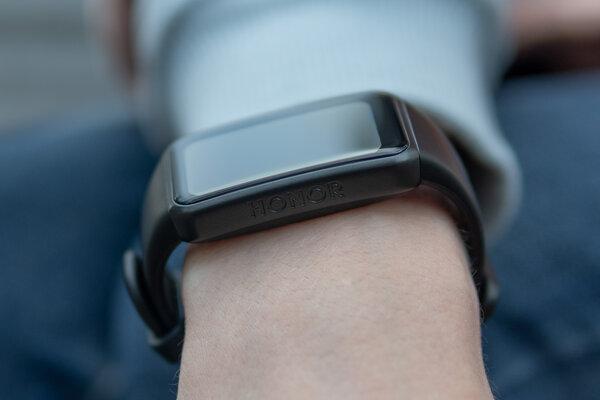 Меньше умных часов, крупнее фитнес-браслета. Обзор HONOR Band6