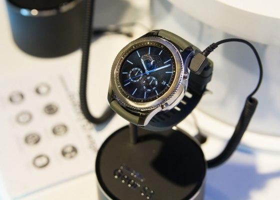 Умные часы ибраслеты Samsung теперь совместимы сiOS
