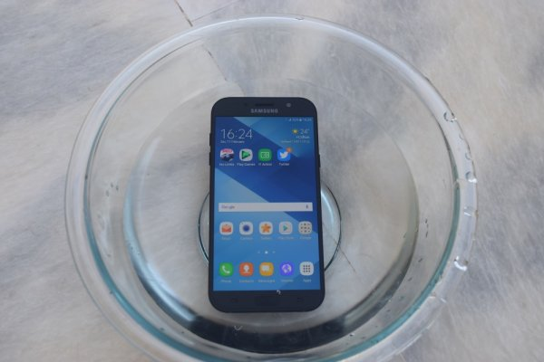 Review of Samsung Galaxy A7 (2017) - on water protection.  3