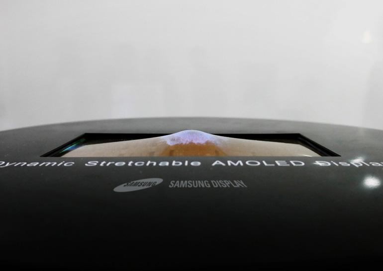 Самсунг продемонстрировал пользователям, как растягивать экран