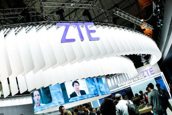 Фото: складной смартфон ZTE Axon M