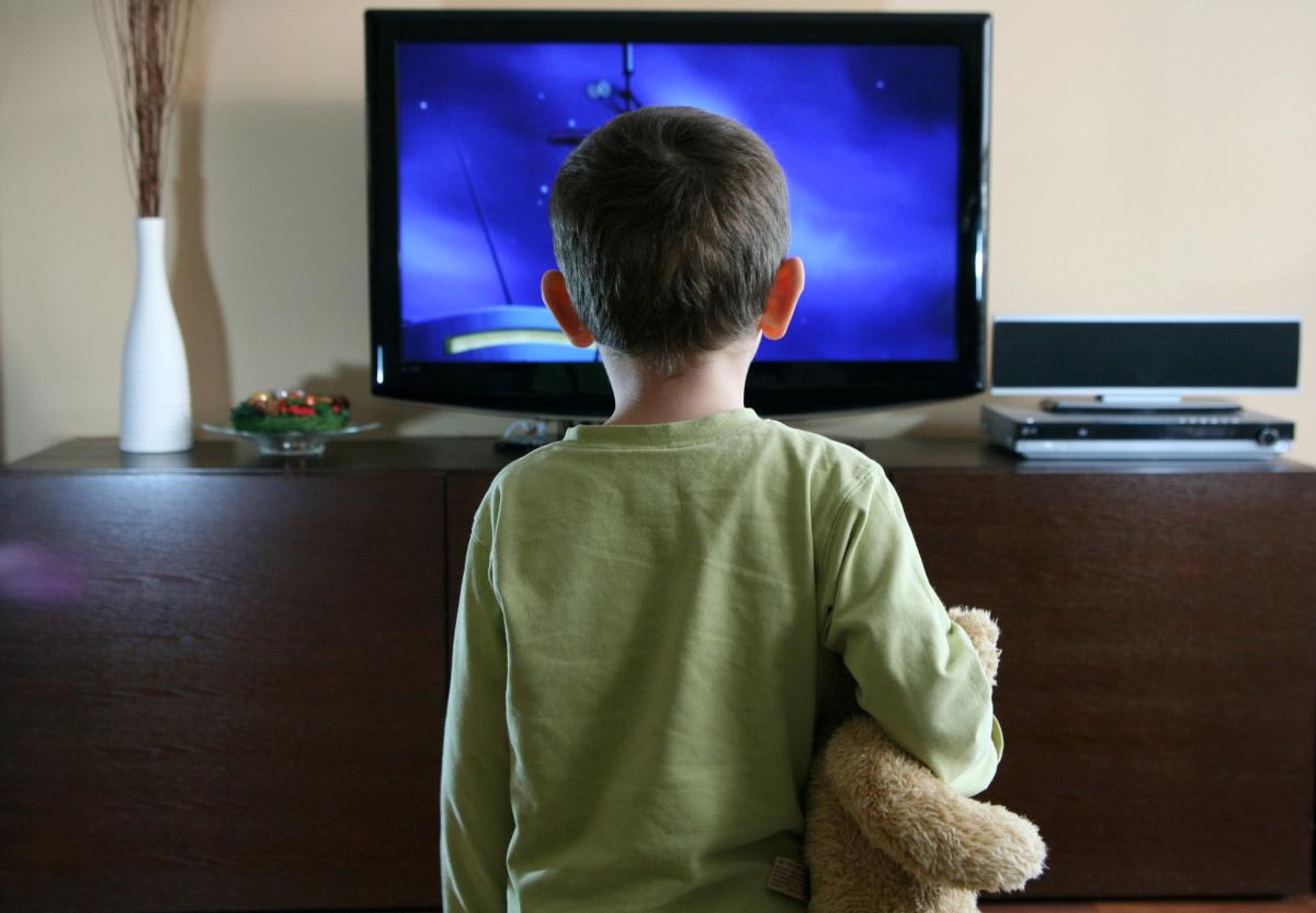 Картинка дети смотрят телевизор