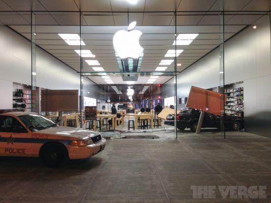 Авария: Машина врезалась в магазин компании Apple