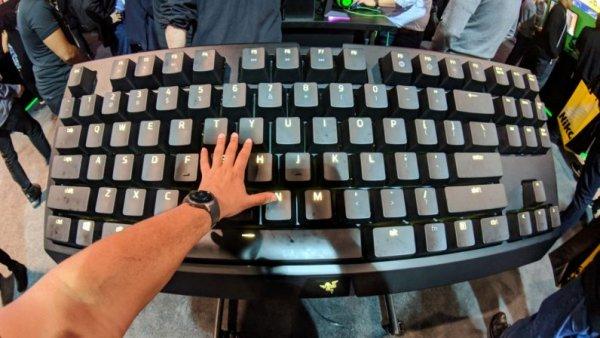 На CES показали гигантскую механическую клавиатуру