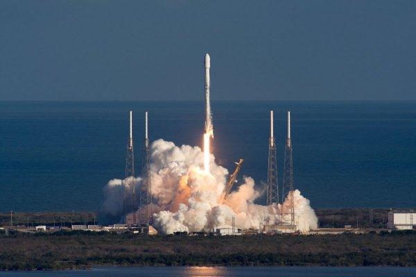 Ракета Falcon 9 уцелела припадении вводу