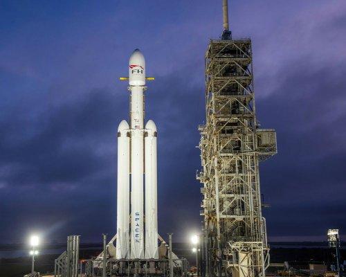 SpaceX успешно запустила вкосмос сверхракету Falcon Heavy