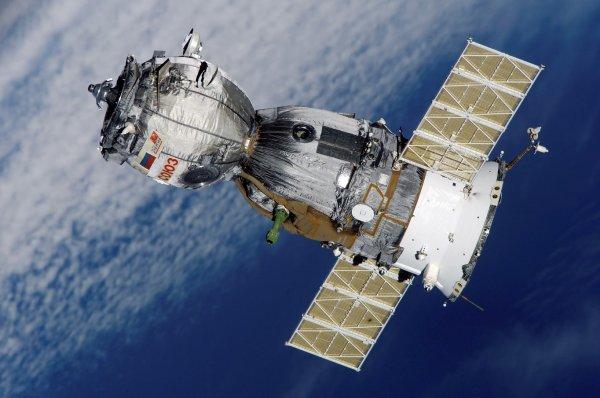 Источники: дыру в«Союзе» могли сделать американские астронавты